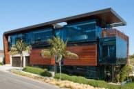 Residencia-Ettley-casa-con-fachada-de-vidrio-y-madera