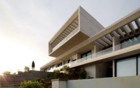 Casa MO: construida en una ladera con vistas al mar