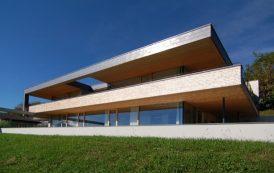House 114: con fachada de madera y cobre