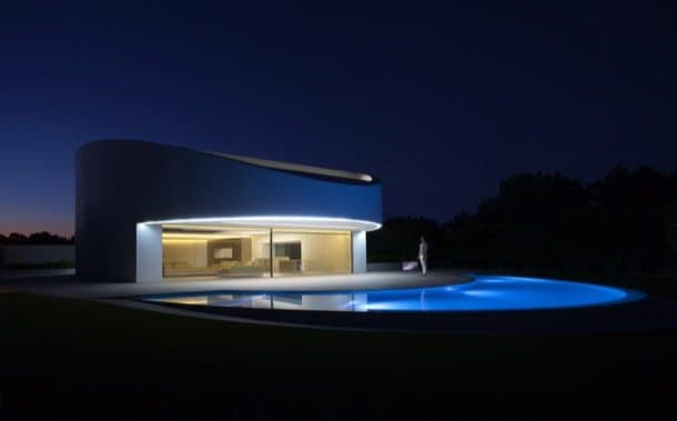 Balint House: casa minimalista con fachada de Krion