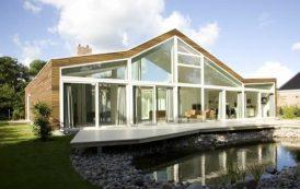 Villa BH: con patio y fachadas de vidrio