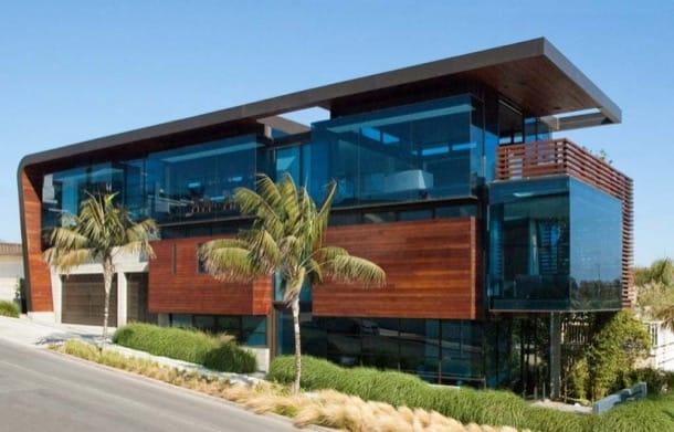 Residencia Ettley: casa con fachada de vidrio y madera