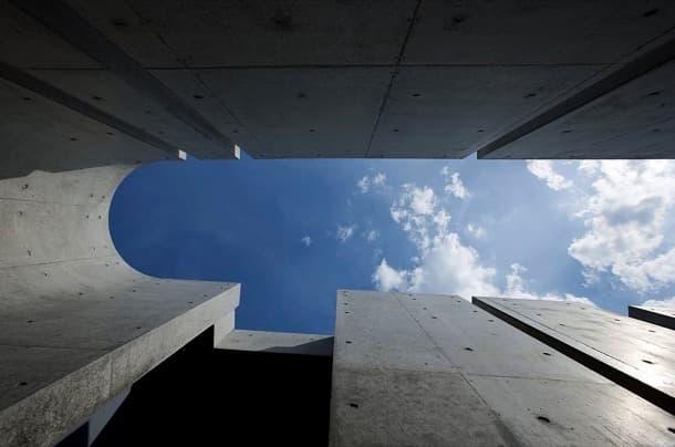 Slit House: moderna vivienda con muros de hormigón