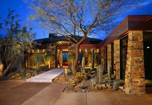 Vivienda con jardines de cactus