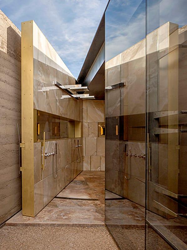 puerta duchas baño principal Desert Courtyard House