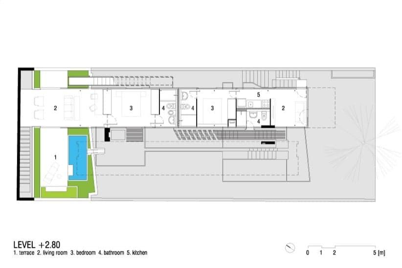 Vivienda en voladizo con piscina en la azotea y planta for Casa con piscina fin de semana madrid