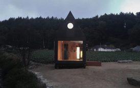 Pequeña casa de madera, con baño, cocina, y altillo