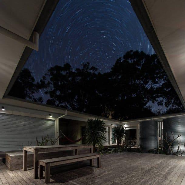 vista nocturna patio Kurreki House